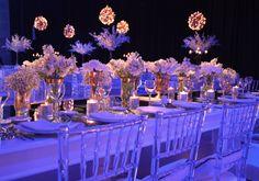 Mesa principal para Guada y sus amigas. Sillas tiffany de acrilico transparentes, floreros con detalles dorados con flores blancas. Arboles de cerezo en las mesas de los invitados y esferas de mini luces colgando desde el techo. By Mercedes Courreges