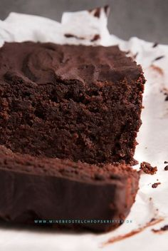 Den ser syndig ud, men kan spises med god samvittighed – chokoladekagen her er… Healthy Candy, Healthy Dessert Recipes, Low Carb Recipes, Delicious Desserts, Homemade Sweets, Danish Food, Foods With Gluten, Brownies, Lchf