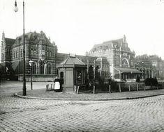 Het Stationsplein voor het Hoofdstation in 1903 met kiosk. The Old Days, Bucharest, My Images, Netherlands, Holland, Past, Old Things, Street View, Kiosk