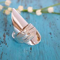 Vuoden 1939 Viljantähkä-kahvilusikasta muotoiltu kokolusikkasormus. #lusikkakoru, #lusikkasormus Spoon Bracelet, Bracelets, Fork Jewelry, Silverware Art, Coin Ring, Metal Working, Jewelry Design, Rings, Crafts
