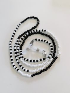 Lanyard Designs, Handmade Wire Jewelry, Lanyards, White Beads, Collar, Eyeglasses, Chains, Beaded Bracelets, Black And White