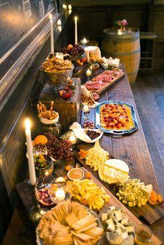 Ideia para a mesa de doces. Gostamos: das comidas serem a própria decoração, velas simples, barril com uma florzinha e uma vela, caixotes com comida em cima, bandejas simples.