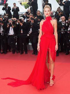 Rosie Huntington-Whitely em Cannes / vestido vermelho festa
