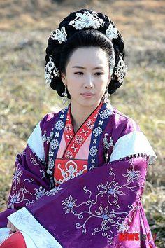 선덕여왕역 홍은이   The King's Dream(Hangul:대왕의 꿈;RR:Daewang-ui Kkum) is aSouth Koreantelevision seriesthat aired onKBS1 for 70 episodes. Kim Chunchu is the grandson ofKing Jinji, but when his grandfather is overthrown, Chunchu is denied the chance to become a successor to the throne ofSilla. He later meetsKim Yushin, and the two men begin a friendship. Chunchu later becomesKing Muyeol, the 29th Korean monarch who leads the unification of three ancient kingdoms -Goguryeo,Baekjeand…