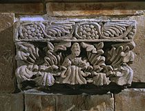 Capital of a flat column, two rows of acanthus leaves. On the center leaf a small bust. Limestone, H: 21 cm Gandhara-style, School of Bachiane. MG 3188 Musée Guimet