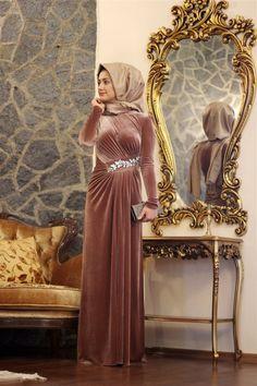 Kış Aylarında En Çok Tercih Edilen Tesettür Kadife Abiye Modelleri Doğadan Esinlenmiş Renkler ve Kullanışlı Kesimlerden Oluşuyor ! Hijab Prom Dress, Hijab Style Dress, Muslim Dress, Gala Dresses, Party Wear Dresses, Evening Dresses, Muslim Fashion, Hijab Fashion, Fashion Dresses