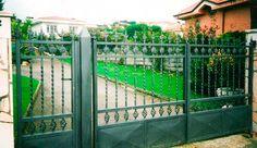 portón en negro de doble hoja con cancela http://www.tallereslobon.com/