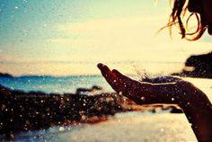 """""""Só existem dois dias no ano que nada pode ser feito. Um se chama ontem e o outro se chama amanhã, portanto hoje é o dia certo para amar, acreditar, fazer e principalmente viver."""""""