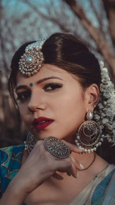 Photo Poses For Couples, Best Photo Poses, Indian Photoshoot, Saree Photoshoot, Indian Wedding Photography Poses, Portrait Photography Poses, Indian Wedding Rings, Saree Poses, Stylish Dress Designs