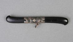 조선 시대 장도의 대표적 유형으로는 유형에는 을자맞배기장도와 첨자장도가 있습니다. 먼저 을자맞배기장도는 칼손잡이와 칼집이 반대 방향으로 구부러져 있어 마치 한자의 '乙'자처럼 보이는 장도를 말합니다.