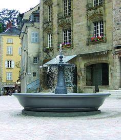 Montier en Der 10  Afmetingen: hoogte 1600 mm, diameter 1000 mm.  De Montier en Der fonteinen onderscheiden zich door de kwaliteit en detailering van de klassieke elementen. De Montier en Der fonteinen zijn stuk voor stuk een middelpunt in de buitenruimte.  Bij gebruik van een gietijzeren bassin wordt de Bassin 3500 aanbevolen.