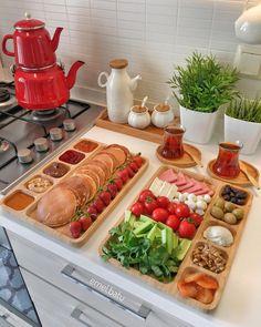 ideas for brunch food table buffet Breakfast Presentation, Food Presentation, Breakfast Bread Recipes, Brunch Recipes, Brunch Food, Breakfast Platter, Breakfast Buffet Table, Yummy Food, Tasty