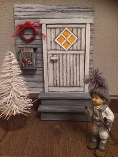 Tässä on joulun hyväntuulisin kuvakooste: 40 suomalaista tonttuovea Handmade Christmas Decorations, Christmas Crafts, Xmas, Elf Door, Fairy Doors, Miniatures, Dolls, Frame, Home Decor