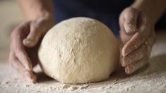 Teig wird zu einem Brot geformt