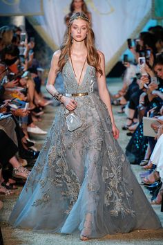 Elie Saab Fall 2017 Couture Fashion Show - Elie Saab Fall 2017 Couture Collection Photos – Vogue - Elie Saab Couture, Couture Mode, Style Couture, Couture Fashion, Runway Fashion, Fashion Show, Fashion Outfits, Fashion Design, Fashion Fashion