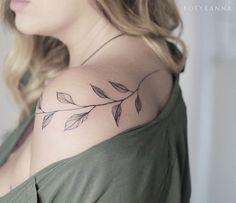 Tatuagem feita por Ana Botyk de Kiev. Ramo de árvore no ombro. #tattoo #tatuagem #arte #art #design #tattoo2me #delicada #fineline #botanica