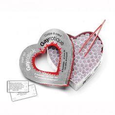 CORPS À COEUR GAI ÉROTIQUE (FRANCAIS). Joli coffret de 6'' x 6'' x 2''(15cmX15cmX5cm) en forme de cœur contenant 100 parchemins imprimés de messages érotiques, amoureux et passionnés. À l'aide de la pincette, allez chercher dans le coffret, chacun votre tour, un parchemin, ensuite vous le déroulez, lisez le message et exécutez! Offert par la boutique érotique (sex shop) La Clé du Plaisir.