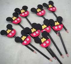 Ateliê do EVA by Katia.: PONTEIRA DE LÁPIS - MICKEY Baby Mickey, Theme Mickey, Mickey E Minie, Fiesta Mickey Mouse, Mickey Mouse Bday, Mickey Mouse Clubhouse Birthday, Mickey Mouse Parties, Mickey Party, Mickey Mouse Birthday