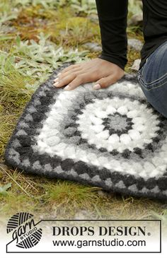 Crochet and felted DROPS seating pad with crochet square in Eskimo. Free pattern by DROPS Design.