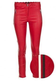 Dante 6 komt met een nieuwe versie van de leren Tyson legging, dit keer in de kleur Red Diva. Dit design heeft een nauwsluitende fit dankzij de elastische boord, het rekbare materiaal en de ritssluiting aan de zijkant. Een veelzijdige legging die zowel stoer als casual gedragen kan worden! - Materiaal: 100% lamsleer - Voering: 96% katoen, 4% lycra - Speciale leer reiniging - Lengte: 102 cm, heup: 33 cm, binnenbeenlengte: 82 cm