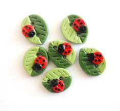 Button Summer Leaves with Ladybugs handmade polymer clay buttons ( 6 ). These would add a summery touch to anything. Polymer Clay Kunst, Cute Polymer Clay, Polymer Clay Miniatures, Fimo Clay, Polymer Clay Projects, Polymer Clay Charms, Polymer Clay Creations, Handmade Polymer Clay, Polymer Clay Earrings