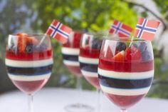 Kreativ gelé og panna cotta dessert til ----Creative of May dessert 17. Mai, Panna Cotta, Constitution Day, Norwegian Food, Norwegian Recipes, Pastry Cake, Dessert Drinks, Summer Drinks, Just Desserts