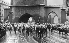 Marsch durch München zur Feldherrnhalle mit Streicher und dem Blutfahnenträger Grimminger-Dahinter die Führungsriege des 3 Reiches