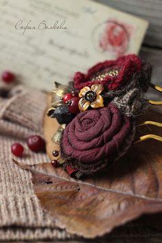 Купить или заказать Гребень 'Зимние ягоды' в интернет-магазине на Ярмарке Мастеров. Спелые букеты из сочной клюквы и бархатистого темного дерева. Изящное дополнение к романтичному зимнему образу. Украшение 'с изюминкой' - для особого дня, для особого настроения. Гребешки собраны из японского хлопка, шерстяной пряжи, перуанской альпаки, агатов, красного коралла, мореного дуба, граната. В центре композиции - резной цветок из камня 'тигровый глаз' темно-медового оттенка.