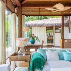 A breathtaking beach house in Ilhabela, Brazil: fun colors, rustic architecture and an amazing cozy vibe. (in Portuguese)