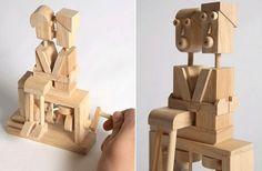 Estos cúbicos muñecos de madera representan una pareja besándose,  incluso utilizan una mini-obra de ingeniería … una manivela que les hace girar las cabezas hasta que se dan un beso