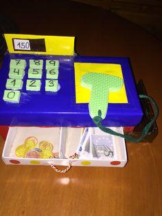 Caja registradora de cartón para desarrollar la competencia matemática y aprender el uso del sistema monetario al mismo tiempo que se divierten jugando. Craft Stick Projects, Craft Stick Crafts, Projects To Try, Diy Arts And Crafts, Diy Crafts, Cardboard Crafts Kids, Diy For Kids, Crafts For Kids, Pre K Activities