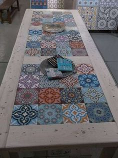 Furniture of pallets decorated with hydraulic tiles- Muebles de palets decorados con azulejos hidráulicos hydraulic tiles and pallets More - Painted Furniture, Diy Furniture, Poolside Furniture, Concrete Furniture, Furniture Plans, Tile Tables, Tile Patio Table, Garden Table, Deco Design