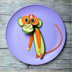 Monkey made of cucumber and carrot board and plate - Food Carving Ideas Cute Snacks, Cute Food, Toddler Meals, Kids Meals, Food Art For Kids, Childrens Meals, Food Carving, Food Decoration, Fruit Art
