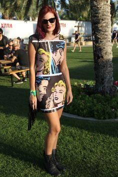 Street style: Coachella. Jade es australiana y lleva un vestido con estampado de comic de Backstage y bolso vintage.