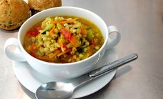 Hier finden Sie ein veganes Rezept für die Zubereitung von Buchweizen-Gemüsesuppe mit Kurkuma. Gesund und perfekt als leichtes Abendessen.