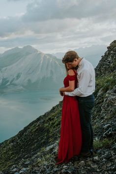 Sweetheart photo session in the mountains of Alberta, Canada | Image by Célestine Aerden Photography