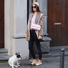 Wearing my new LONGCHAMP coat for the first time ❄️with a touch of pink, do you like it ! New York Fashion, Runway Fashion, London Fashion, Fashion Handbags, Purses And Handbags, Handbags For School, Street Style Women, Street Styles, Longchamp