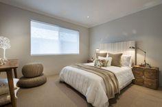 schlafzimmer hellgraue wandfarbe fenster teppichboden vintage nachttisch