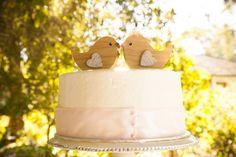 Pièce montée 2017  Un gâteau de mariage deux lovebirds  si mignon! {Town & Country Studios}