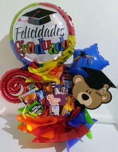 Arreglos para graduación Económicos Kindergarten Graduation Gift, Diy Graduation Gifts, Graduation Party Centerpieces, Gift Card Bouquet, Candy Bouquet, Personalised Gifts Diy, Diy Gifts, Balloon Decorations, Diy Crafts To Sell