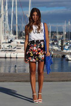 SS13-verano-summer-trendy_taste-look-outfit-street_style-fringed_bag-bolso_flecos-blue_bag-bolso_azul-sandalias_blancas-white_sandals-fuck_tee-camiseta_fuck-white_tee-camiseta_blanca-flower_print-skirt-falda_flores-11