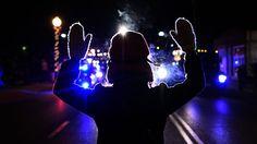 25 novembre 2014. Une personne lève les mains devant les policiers en marge d'une manifestation à Ferguson. La ville américaine connaît une nuit d'émeutes et de violences après l'annonce de l'abandon des poursuites à l'encontre d'un policier blanc ayant tué en août un jeune Noir désarmé.