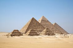 """A mão de obra empregada na construção das piramides era de artesãos qualificados e operários temporários. Os hieróglifos próximos aos monumentos e pirâmides demonstram a utilização de apelidos bem-humorados para as equipes, com """"Os bebuns de Micerino"""" ou """"Os amigos de Quéops""""."""