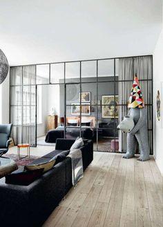 Glazen muur met industrieel kozijn in woonkamer