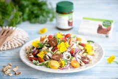 Kevätsää houkuttaa keventämään ruokavaliota. Raikkaat salaatit maistuvat toki aina. Maustamattomista broilerinkoivista valmistat helposti ja edullisesti ihanan salaatin. Reformin Luomu liemituotteilla saat makua ruokaan kuin ruokaan. Keitä salaatin broilerinkoivet Kanaliemijauheessa maustetussa vedessä, jolloin ne saavat sopivasti makua. Couscous, Cobb Salad, Food, Essen, Meals, Yemek, Eten