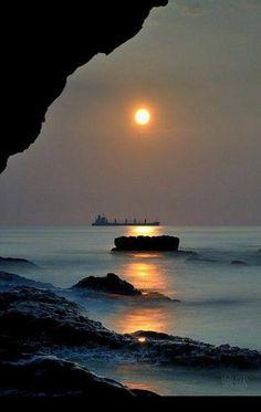 Seascape at sunset Landscape photography Beautiful Sunset, Beautiful World, Beautiful Images, Beautiful Beaches, Amazing Photography, Nature Photography, Beach Photography, Landscape Photography, Belle Photo