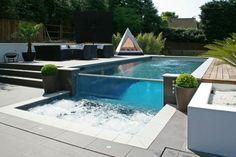 piscina moderna con jacuzzi pequeño