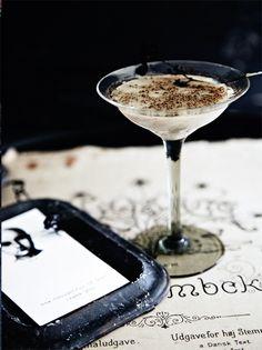 Den hotteste drink til nytårsaften er denne lækre Evil Black & White Russian. Du finder opskriften her!