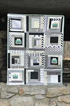Design a jaw-dropping quilt in bold blacks and whites with this Stitched Typography Quilt Tutorial. A great alternative to traditional keepsake quilting, this log cabin quilt mixes a classic quilt pattern with applique to achieve its stunning look. Quilting Tips, Quilting Tutorials, Machine Quilting, Quilting Projects, Quilting Designs, Modern Quilting, Quilt Modern, Quilt Design, Sewing Projects