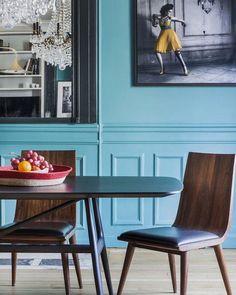 Everything is just perfect. Wall colour, oversized art and furniture. Stunning dining area in a Parisian apartment. @desjeuxdelaye @kim_dti (credit) @acscoffoni #diningroominspiration #diningroom #sundaydinner #sunday #sundayinspiration #interiordesign #interiors #interiorstyle #interiorstyling #interiorinspo #homedecor #homestyle #homedesign #homestyling #interiorsblogger #interiorsblog #homeblog #homeblogger #inspo #interier #myhomevibe #2018style #2018interiors